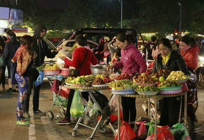 Hanoi night market in the Old Quarter-01