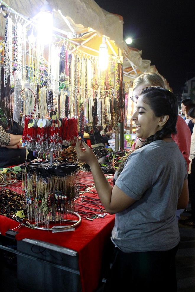 Hanoi night market in the Old Quarter-03