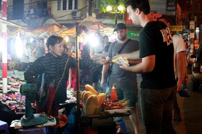 Hanoi night market in the Old Quarter-06