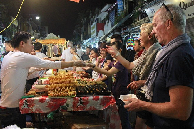 Hanoi night market in the Old Quarter-07