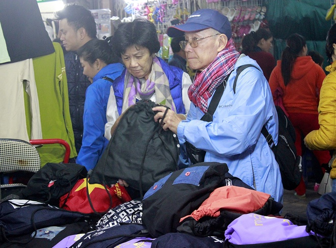 Hanoi night market in the Old Quarter-08
