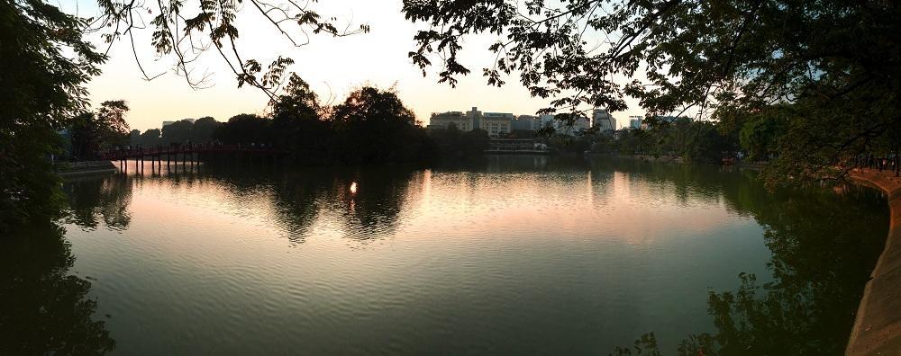 Walk round Hoan Kiem Lake