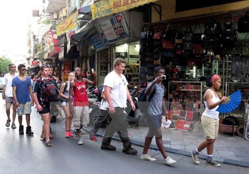 Khách du lịch đến Hà Nội tăng vọt
