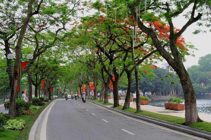 Thanh Nien road, one of the most beautiful road in Hanoi, separates the two lakes