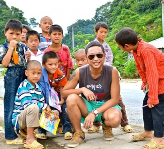 Allister took a photo with Ha Giang children in a backpacking trip. (Given by Allister)