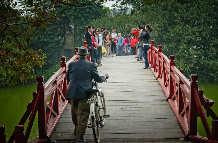"Unique ""The Huc"" bridge leads to Ngoc Son temple"