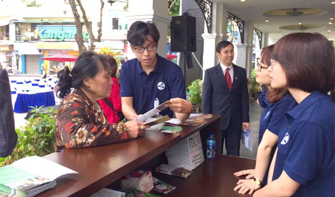 Туристы вокруг озера Guom получить больше поддержки