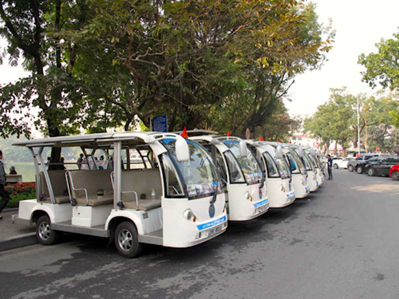 Xe điện du lịch đậu ven hồ Hoàn Kiếm